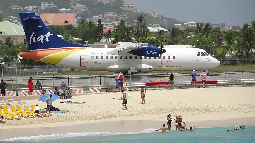 Самолёт над пляжем Махо